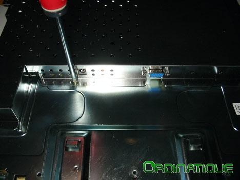 Démontage du cache métallique du moniteur LCD
